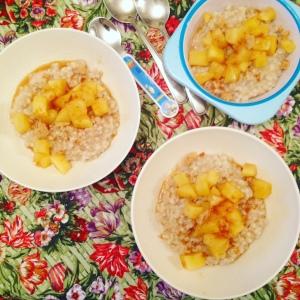 Overnight barley porridge with apples